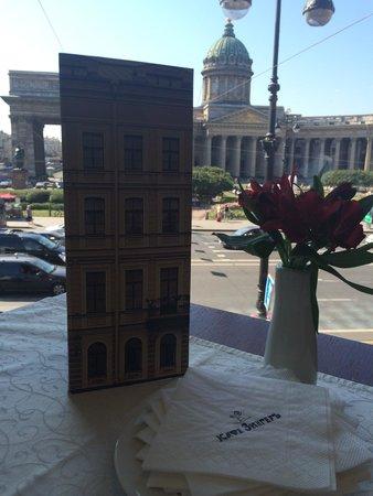 Singer Cafe : Вид на Казанский собор, открывающийся из-за столика у окна