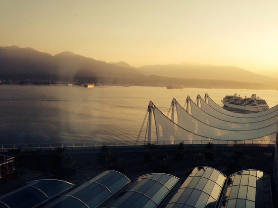 Pan Pacific Vancouver: Big cruise ship coming in
