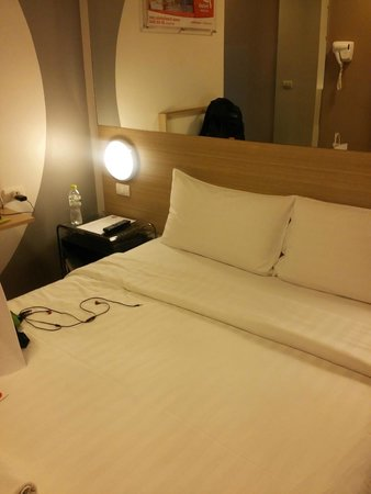 Red Planet Bangkok Asoke: room