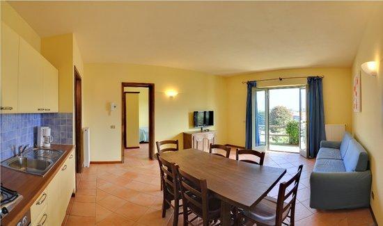 Appartamenti Ferrari Residence : Appartamento bilocale con vista lago, angolo soggiorno