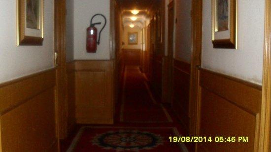Orient Palace Hotel: le couloir menant vers ma chambre