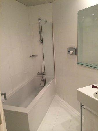 Axel Hotel Barcelona & Urban Spa: Large Shower