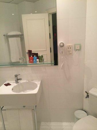 Axel Hotel Barcelona & Urban Spa: Large Bathroom