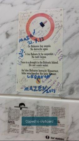 Complejo Calas de Mallorca: graffiti in bathroom