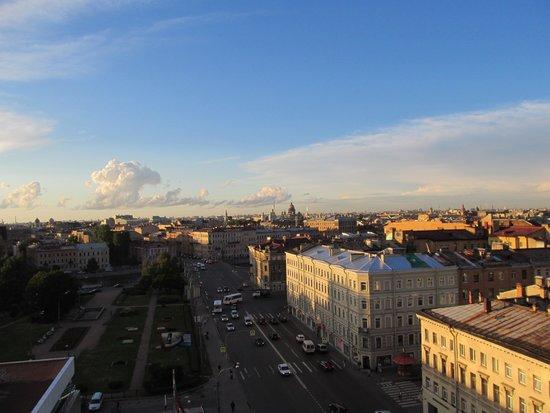 AZIMUT Hotel Saint Petersburg: Сквер перед отелем и Лермонтовский проспект