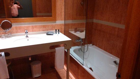 Hotel Acta Arthotel: cuarto de baño con