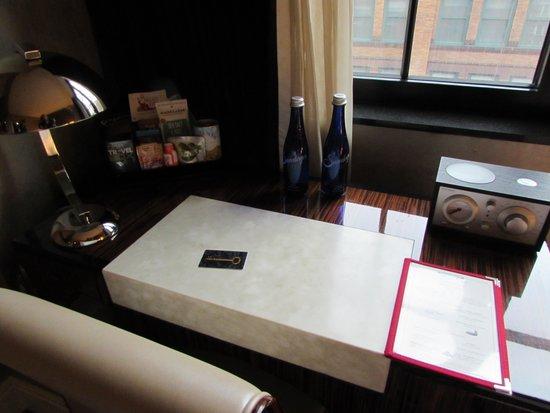 Walker Hotel Greenwich Village: Desk