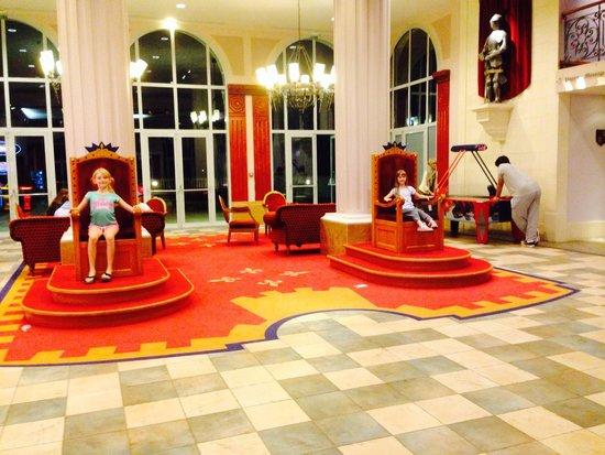 Vienna House Dream Castle Paris: Thrown in reception area