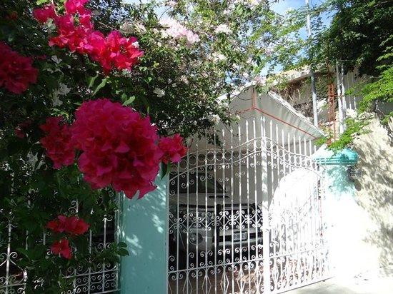 Apart Hotel Casaejido: Gateed entrance