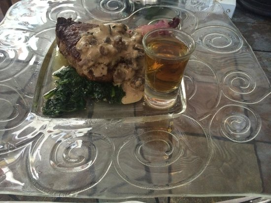 Amigos Restaurant and Roof Terrace: Steak with a shot of JD
