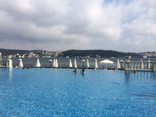 Four Seasons Istanbul at the Bosphorus: Great and Superclean pool with amazing service