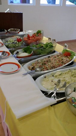 Albufeira Jardim - Apartamentos Turísticos : Salads at dinner