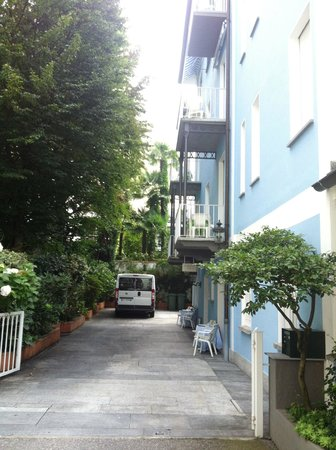 Piccolo Hotel : The entrance to the hotel with parking option