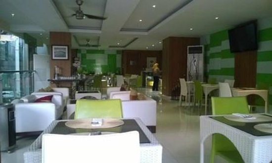 Pyrenees Jogja Hotel : Dining room