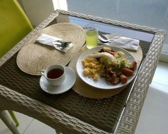 Pyrenees Jogja Hotel : Continental breakfast