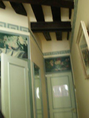 Les Degres de Notre Dame : Desde la cama, la puerta del baño y el techo.