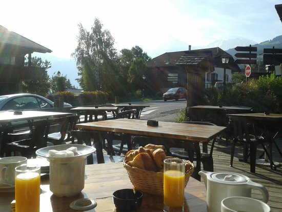 Hotel Restaurant Le Coin Savoyard : Breakfast on the terrace