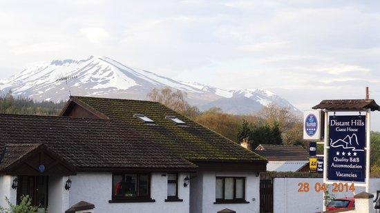 Distant Hills Guest House: Distant Hills met de besneeuwde bergen erachter