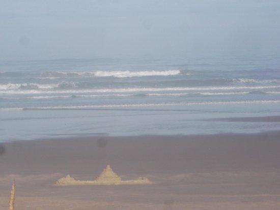 Deane's Oceanfront Lodge: sand castle on the beach