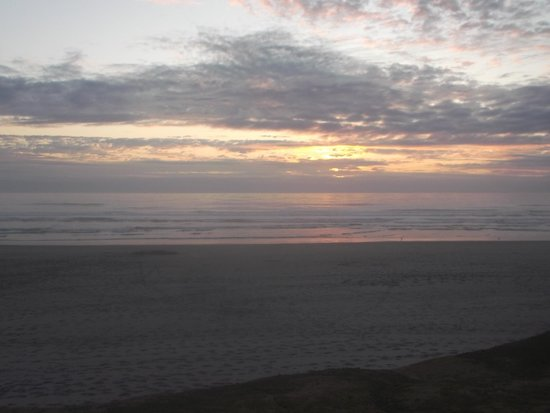 Deane's Oceanfront Lodge: sunset, view from our room