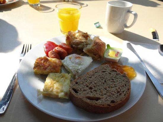 Royal Hotel: buffet breakfast sitting outside