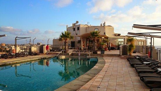 Le Meridien St. Julians: 屋上のプールももう少し広ければ リゾートなのに