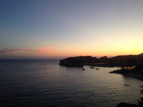 Hotel Excelsior Dubrovnik: Watching Sundown over the old town from the deck of the excelsior