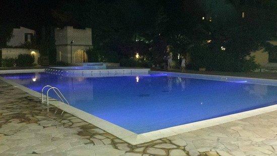 I Melograni: Una delle 2 piscine di notte