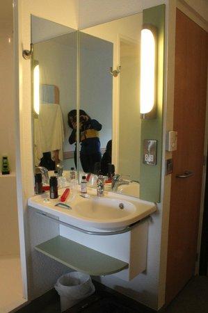 Hotel ibis budget Southampton Centre: lavatorio separado del baño y la ducha