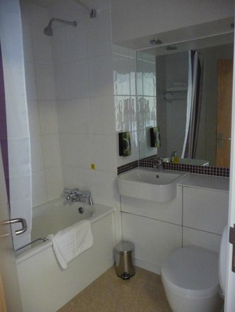 Premier Inn Cardiff City Centre Hotel: the bathroom