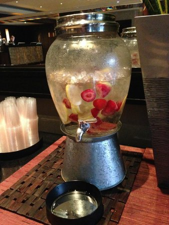 Kimpton Hotel Palomar Los Angeles Beverly Hills: Cool Drinks at Lobby through the day