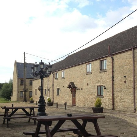 The Oxfordshire Inn Hotel: The Outside