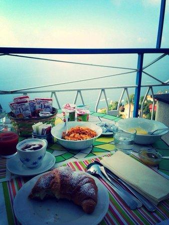 B&B Il Canto delle Sirene: Breakfast on the terrace