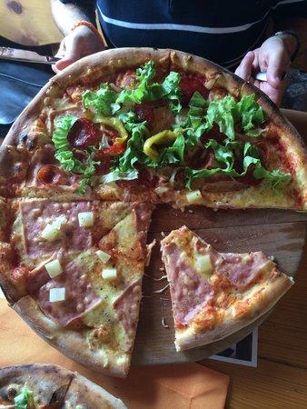Birikin: big pizza 45 cm big and very good.