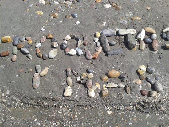 SunConnect Cabogata Garden : pagina web croquetasymas.com escrita con piedras de la playa