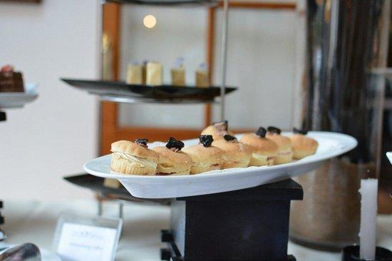 The Grand Hotel: At tea Club