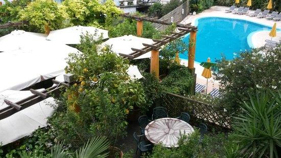 Hotel Villa Miravalle: Terrace dining area