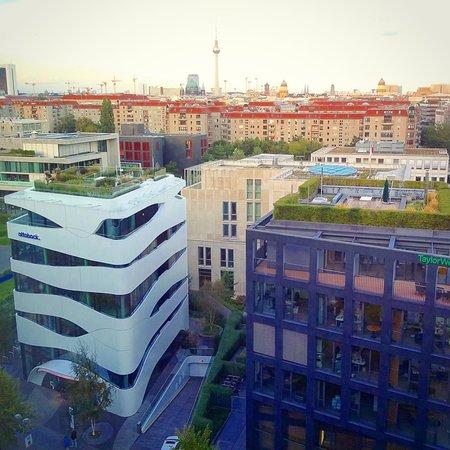 Berlin Marriott Hotel: Вид из окна на Ebertstraße