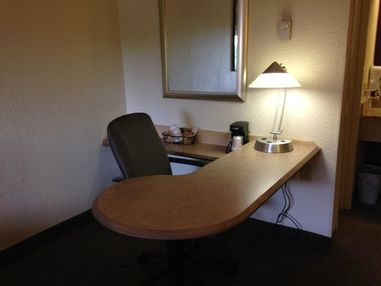 Red Roof Inn Cleveland - Westlake : Desk area with coffee maker