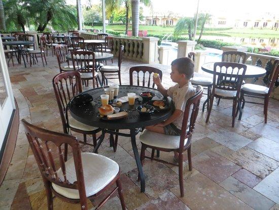 Inn at Pelican Bay: La terrasse où l'on peut notamment prendre le petit déjeuner