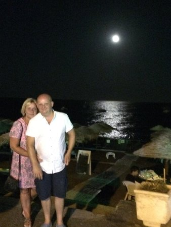 Santellini Boutique Hotel: Moon shining on the sea at Kamari beach front-lovely