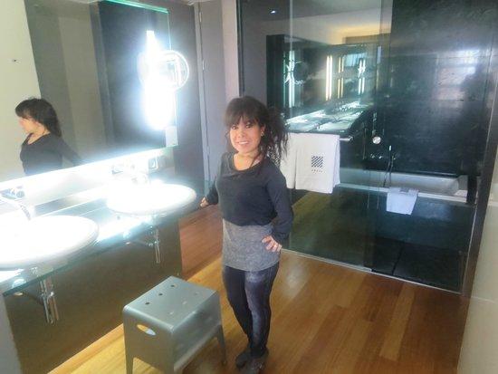 Hotel Reina Petronila: Moderno baño