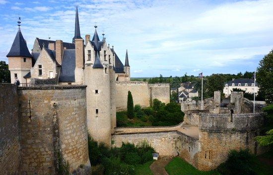 Chateau de Montreuil-Bellay: vue exterieure du chateau