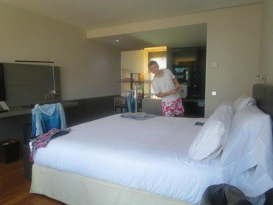 Hotel Reina Petronila : Amplia habitación