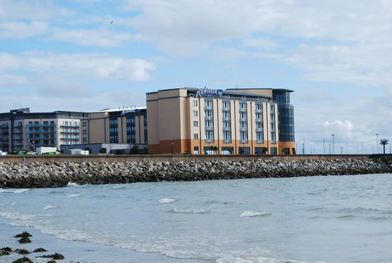 Radisson Blu Waterfront Hotel, Jersey: OUTSIDE VIEW FROM THE BEACH