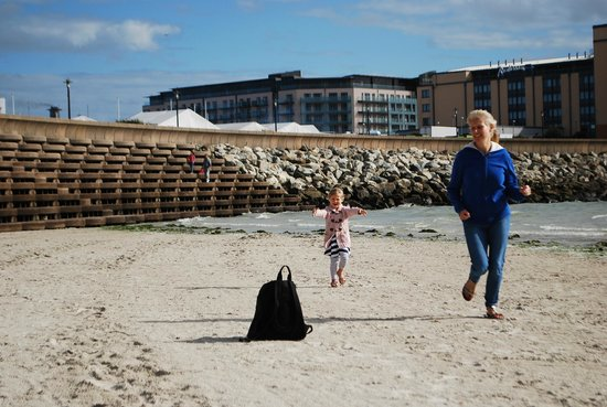 Radisson Blu Waterfront Hotel, Jersey : right next to the sea