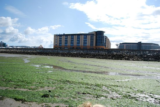 Radisson Blu Waterfront Hotel, Jersey : Quite an imposing view on the bay