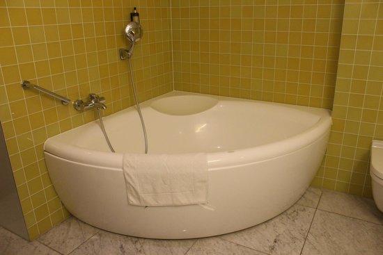 Skaritz Hotel & Residence: Bathtub