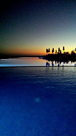 Marina Suites : The Pool at night