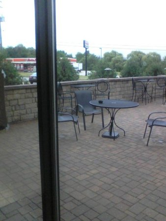 Best Western Plus Antioch Hotel & Suites : another ashtray within 15 feet of door but in outdoor patio